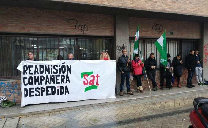El SAT se manifiesta por la  readmisión de su delegada sindical y pide la dimisión del delegado territorial de Turismo la Junta deAndalucía.