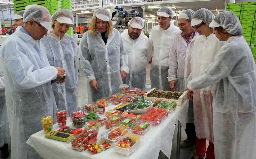 La-consejera-y-miembros-del-equipo-de-Gobierno-del-Ayuntamiento-de-Motril-observan-los-productos-de-la-Cooperativa-La-Palma-w1050-h1050-1024x634
