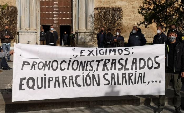 CONCENTRACIÓN DEL PAS LABORAL DE LA UNIVERSIDAD EN LA PUERTA DELRECTORADO.
